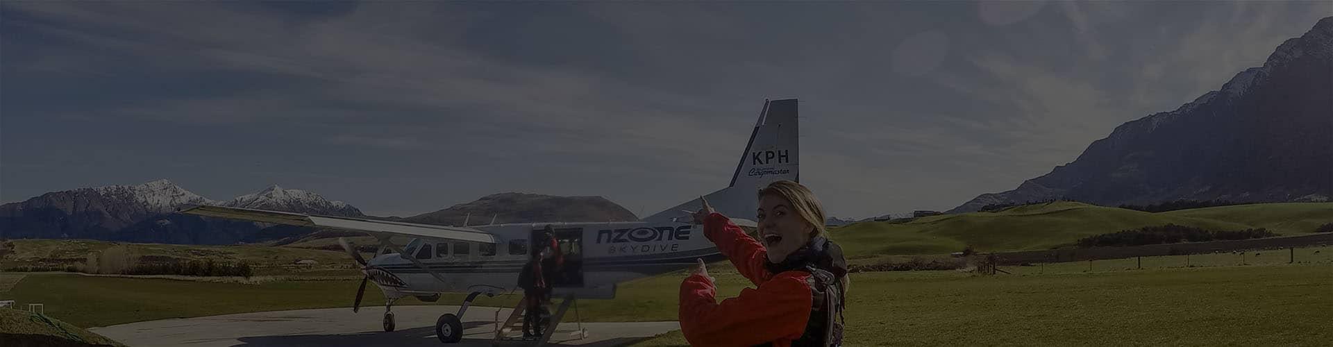 Девушка приглашает туристов в самолет