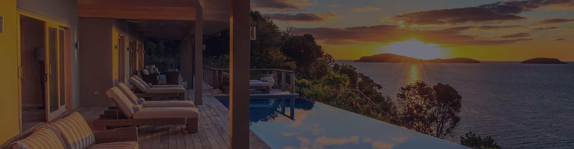 Красочный вид из дома на море и закат