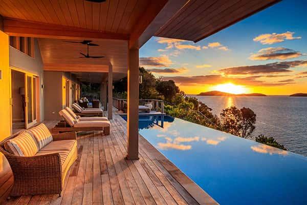 Красивый вид на закат и море из дома в Новой Зеландии