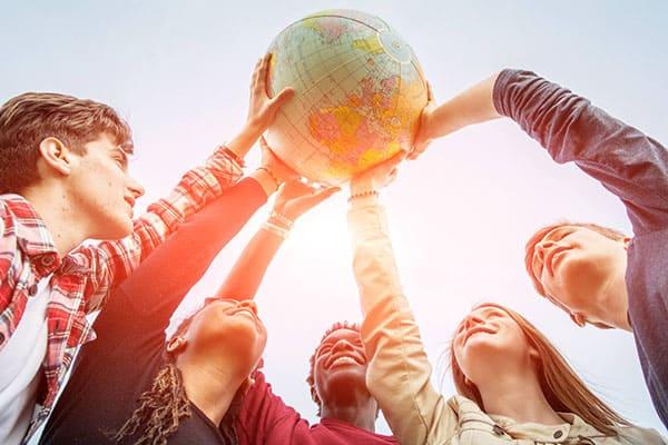 Студенты поднимают глобус над головами