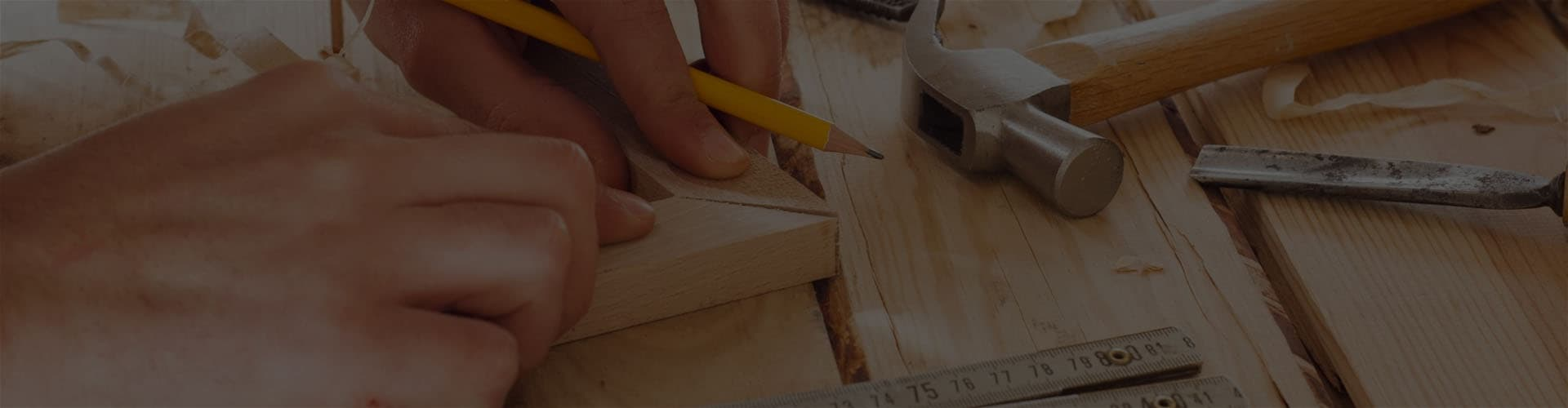 Плотник делает рамку
