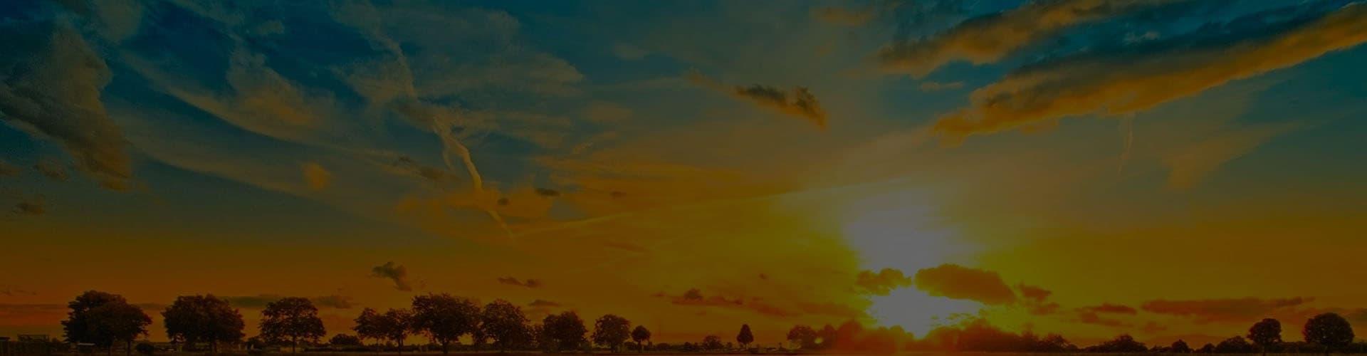 Красивый закат солнца над полем