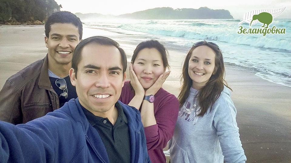 Виктория и одноклассники из NZLC на новозеландском пляже