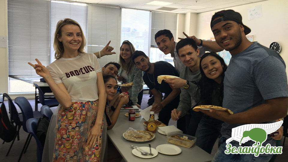 Юлия в Edenz Colleges на обеде с одноклассниками