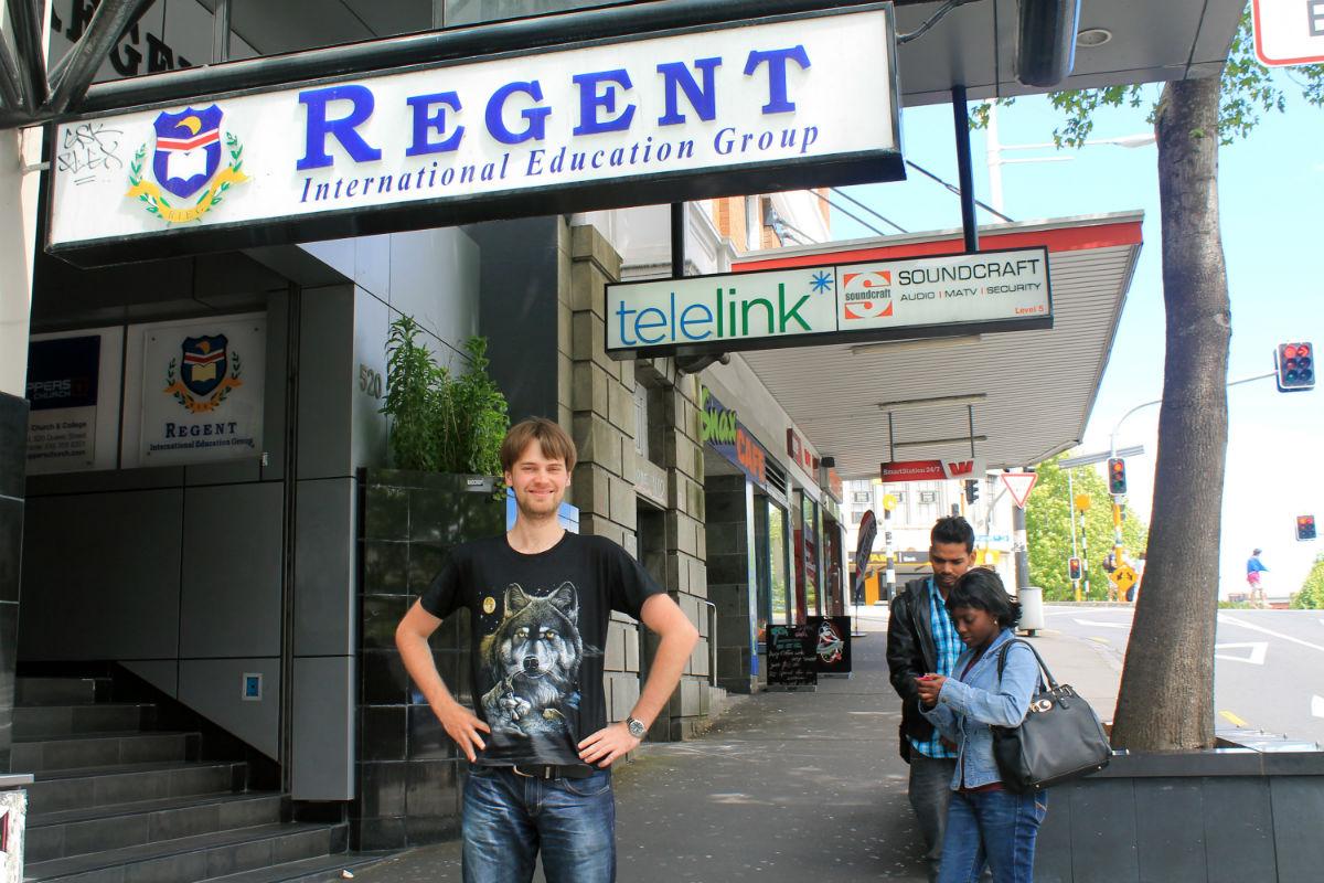 Алексей рядом с кампусом Риджент.