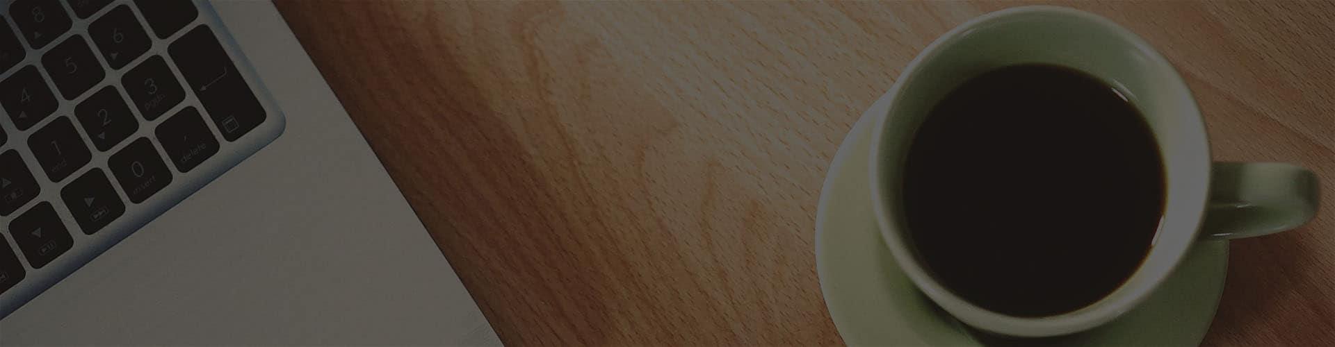 Ноутбук и чашка на столе