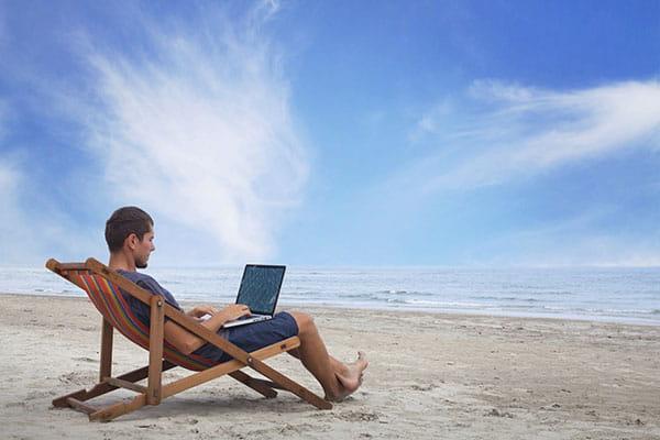 Программист работает на пляже в Новой Зеландии