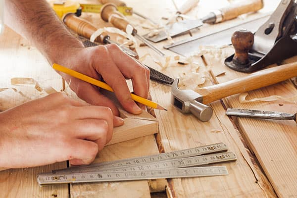 Плотник с инструментами