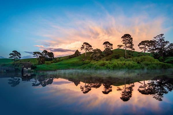 Красивое отражение деревьев и неба в озере
