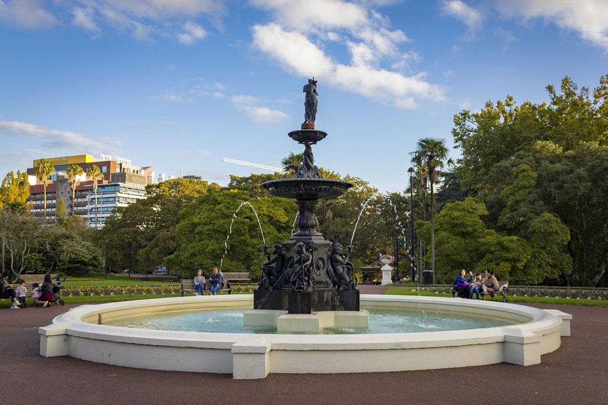 Парк недалеко от Languages International