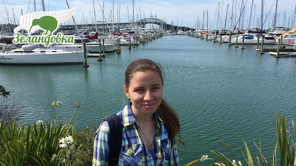 Наталья на фоне оклендской гавани и моста