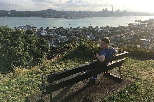 Андрей любуется видом на Окленд