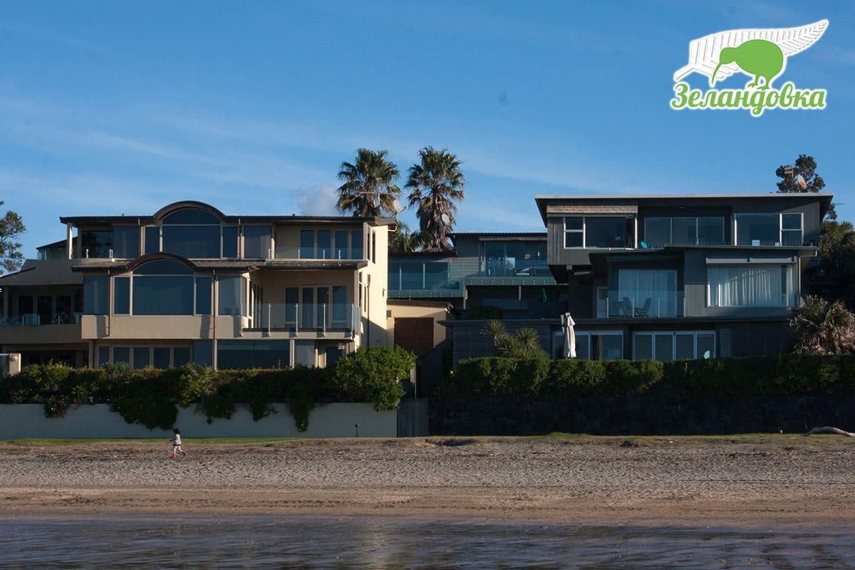 Новозеландский пляж и дома неподалеку