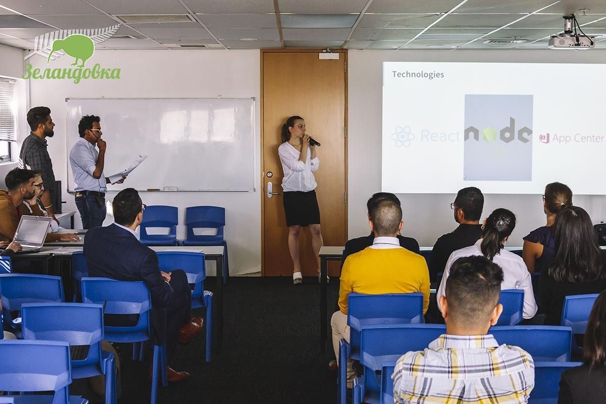 Елена делает презентацию на дне открытых дверей в Aspire2 International